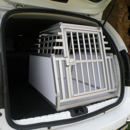 Caisse de transport simple confort + Braveur® pour un chien dans un Dacia Duster
