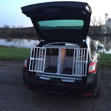 Peugeot 508 SW avec une caisse double Braveur pour le transport des chiens